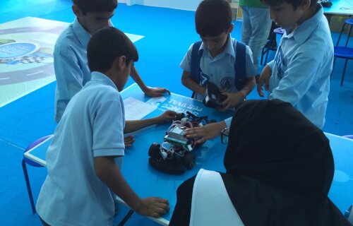 Abu Dhabi: Kids with Hydrogen Cars