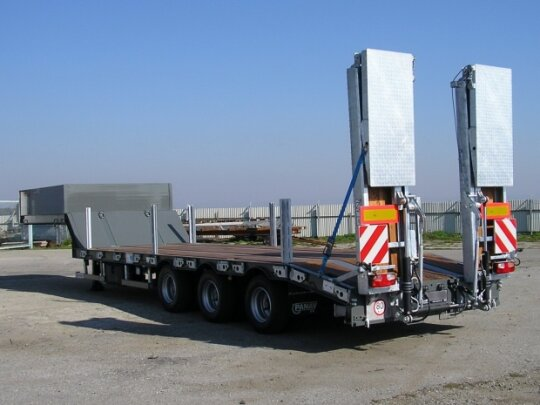 Lowloader semi-trailer